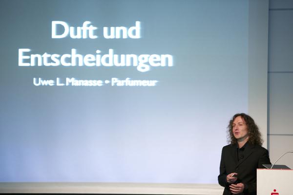 Parfumeur Manasse, Vortrag