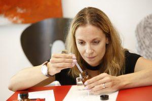 Teilnehmerin stellt eigenes Parfum her