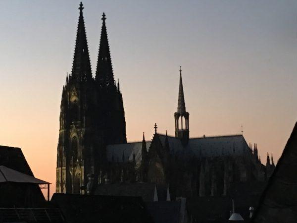 Kölner Dom im Abendrot Perspektive vom DUFTWERK Haus